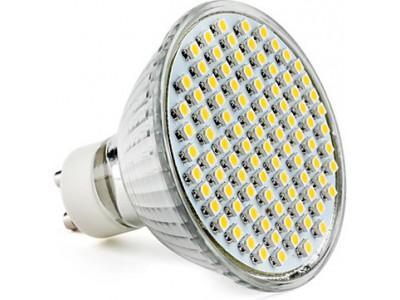 Las lámparas LED dicroicas revolucionan la iluminación del hogar Las LED dicroicas están desplazando a las halógenas convencionales, puesto que reducen el consumo energético en un 80% y ofrecen mayor nitidez. La revolución que está llevando a cabo la tecnología LED en la iluminación ha llegado a nuestros hogares. Hasta ahora, en la mayoría de las viviendas, las lámparas dicroicas halógenas eran las más utilizadas. Sin embargo, con la introducción de las lámparas LED dicroicas esta tecnología se ha convertido en la mejor opción a la hora de elegir el tipo de luz a instalar en nuestra vivienda. La luz dicroica posee un haz de luz que puede dividirse en varios haces con longitudes de onda determinadas. Si analizamos sus ventajas, comprenderemos por qué las nuevas lámparas dicroicas LED se están imponiendo a las halógenas: Disminuyen el consumo más de un 80% Su vida útil es sensiblemente superior a la de una halógena Ofrecen una mayor nitidez No alteran los colores El ángulo de apertura es mayor Ofrecen una luz más uniforme Puede alcanzar una potencia luminosa muy alta No emiten calor No emite rayos ultravioleta