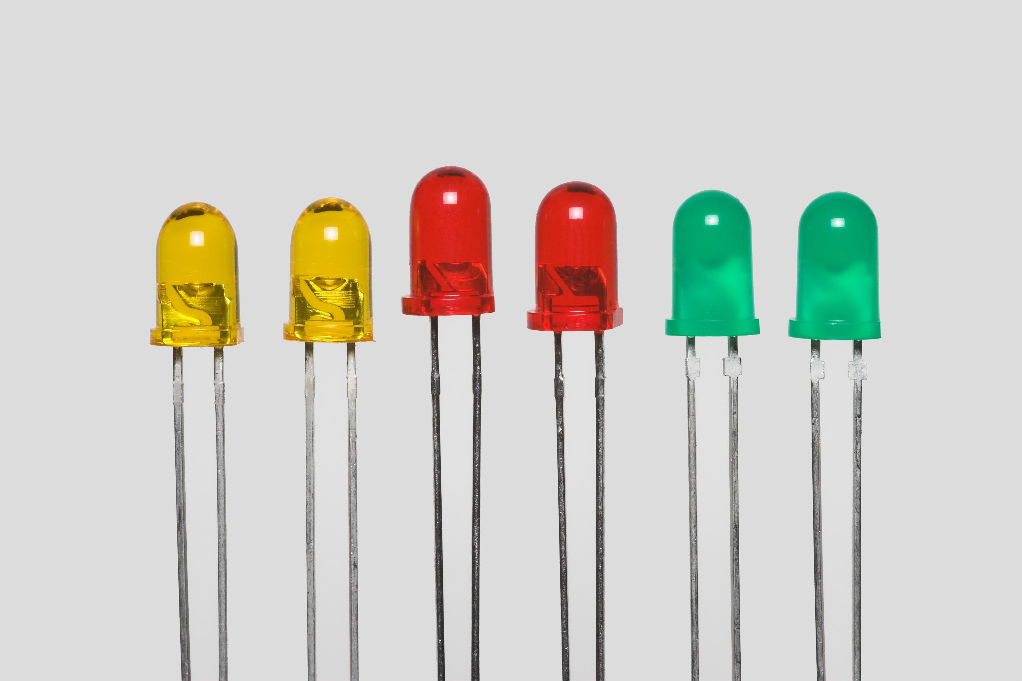 Distribuidors dels millors Leds al millor preu d Andorra Actualment els llums de LED es poden utilitzar per a qualsevol aplicació comercial, des de l'enllumenat decoratiu fins al de vials i jardins, presentant certs avantatges, entre els quals destaquen el seu considerable estalvi energètic, l'arrencada instantània, la resistència als encesos i apagats continus i la seva major vida útil