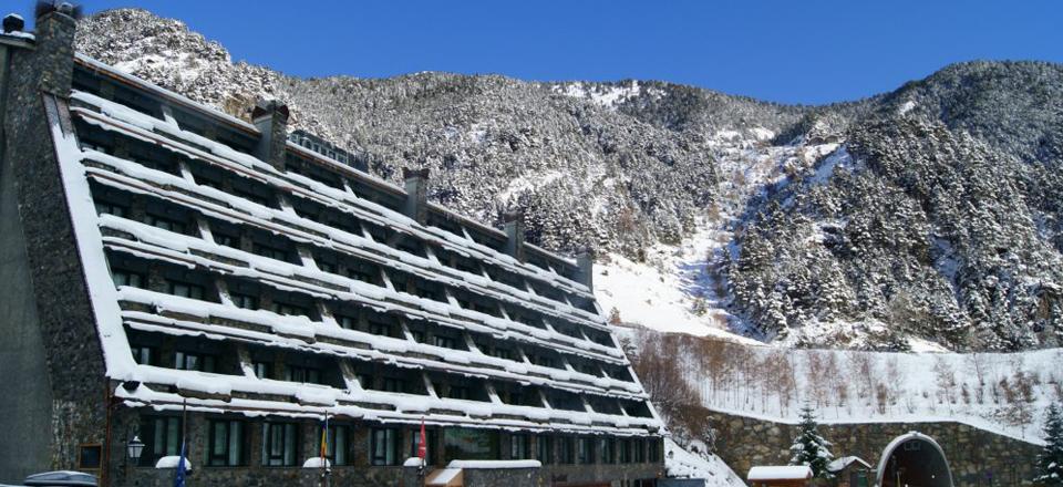 Fem contractes de manteniment d'instal·lacions hoteleres