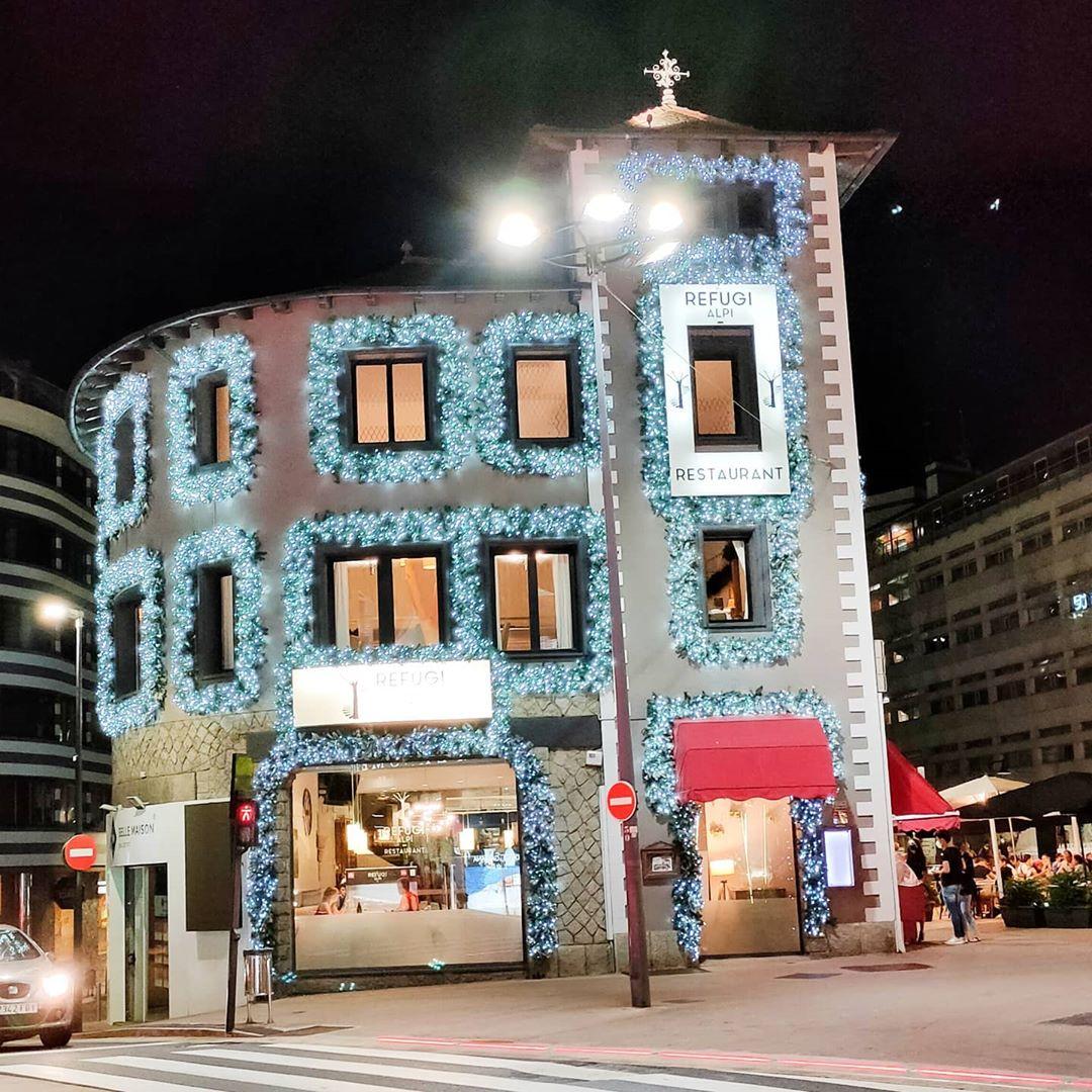 Iluminación de fachadas de Restaurantes y tiendas con el objetivo de exhibirlas este próximo invierno. Somos especialistas en instalación de tiras leds en Fachadas al mejor precio de Andorra. Reforma y decora tu vivienda utilizando tiras de luz led de Efhys Andorra el mejor precio en Leds de Andorra.